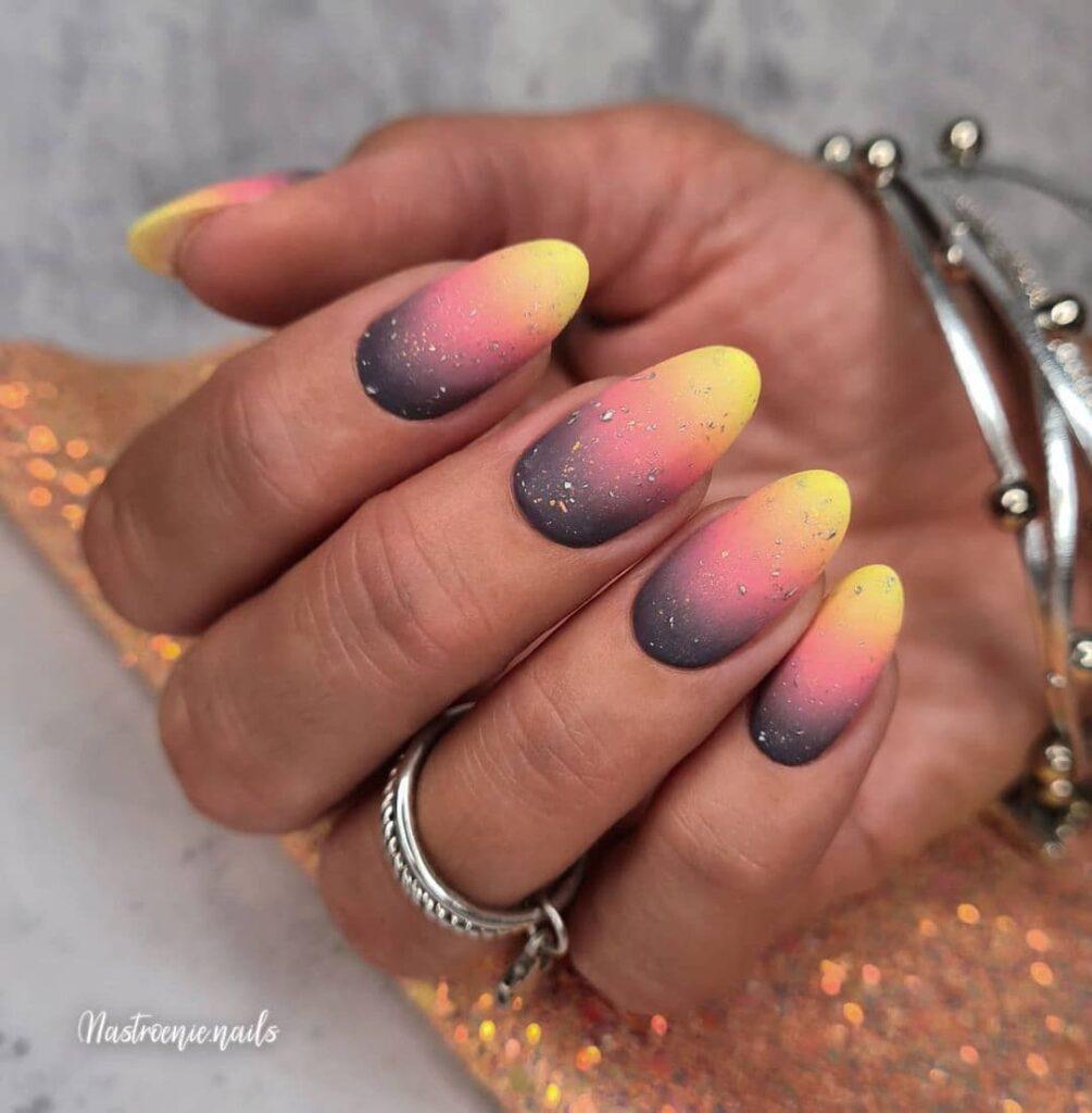 Работа от @nastroenie.nails Серо-розово-желтый маникюр с градиентом и блестками