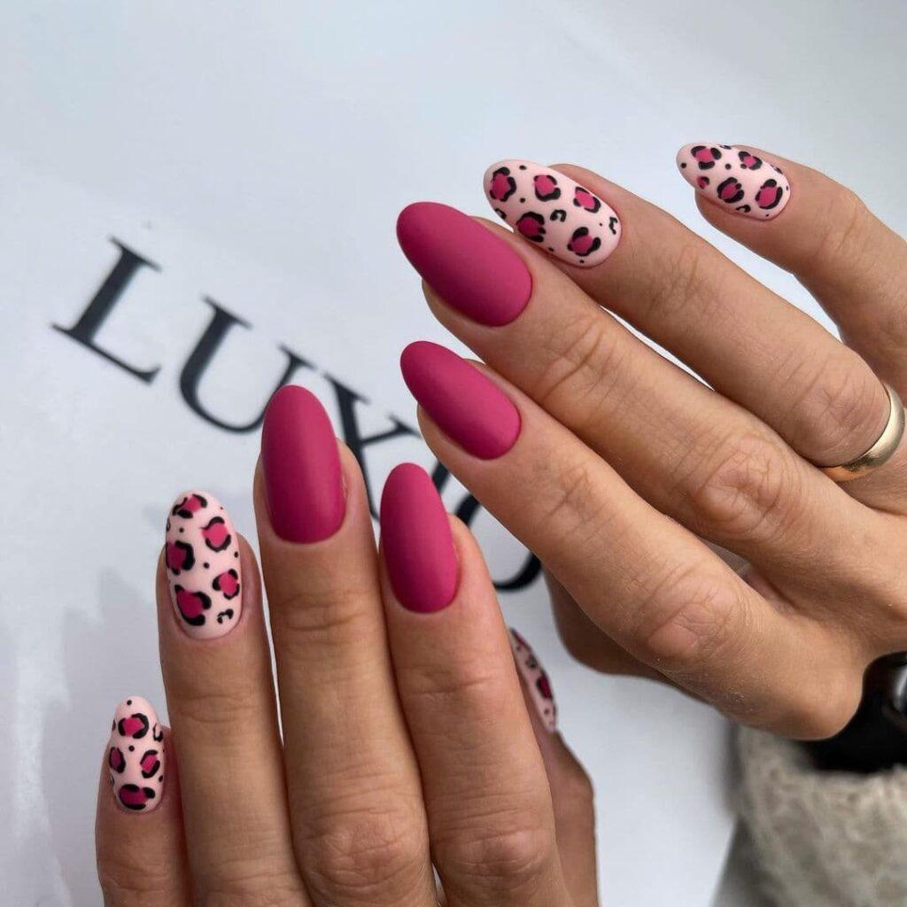 Малиново-розовый маникюр с леопардовым принтом