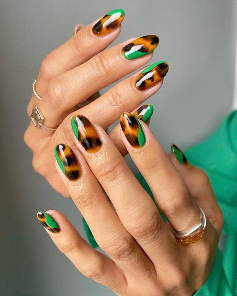 Коричнево-зеленый маникюр с леопардовым принтом