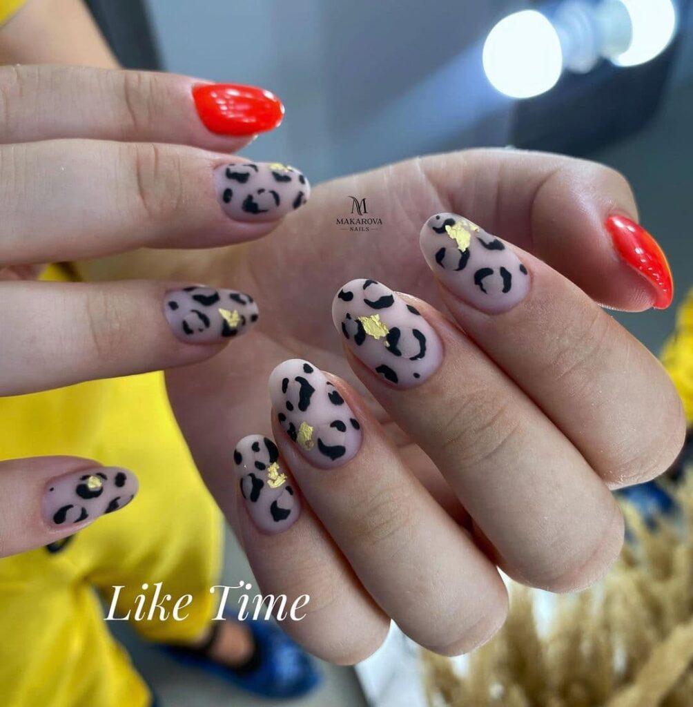 Работа от @makarova_nails_studio_ Матовый нюдово-красный маникюр с леопардовым принтом и золотом