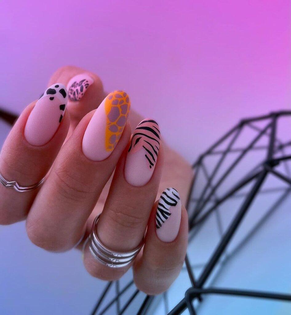 Матовый нюдовый маникюр с животным принтом и цветными пятнами