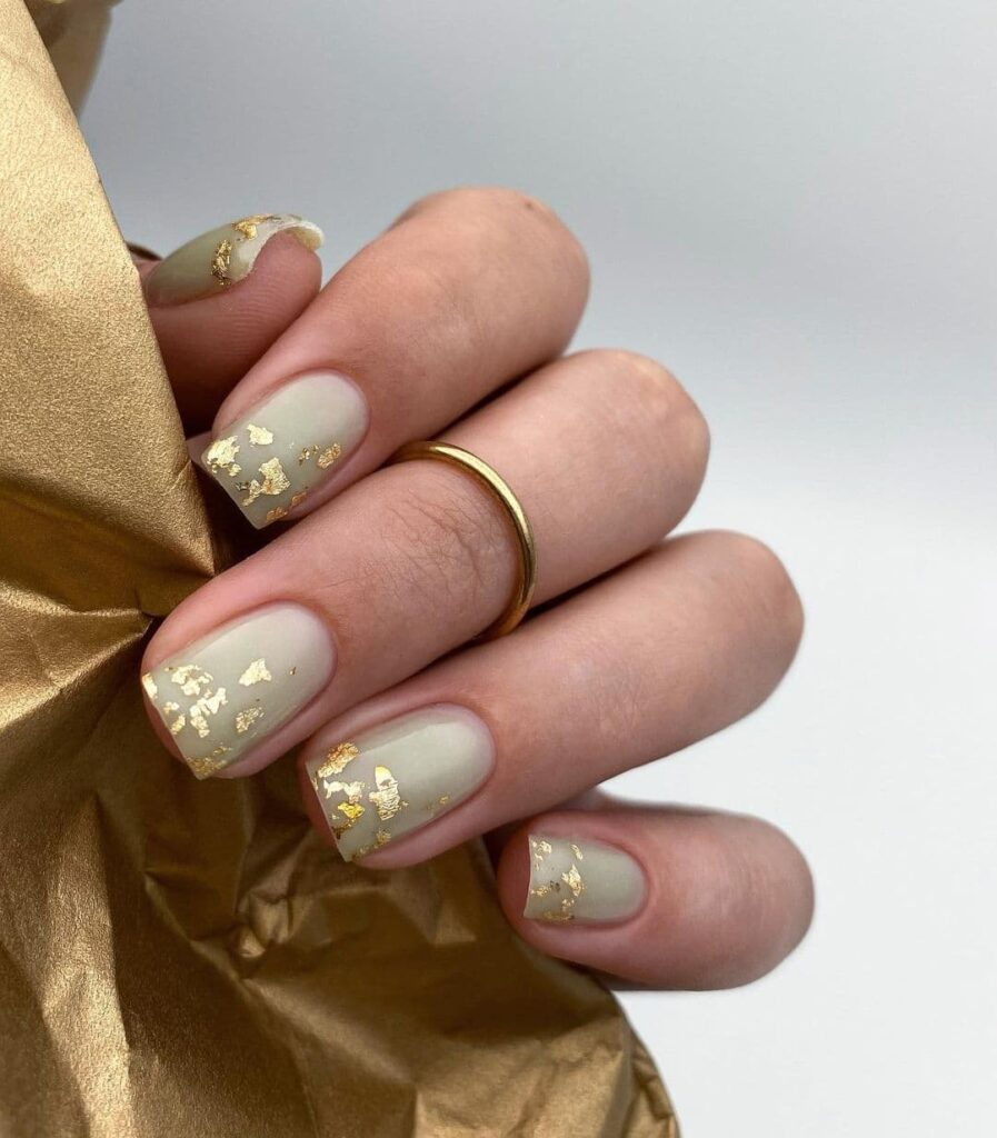 Пастельно-мятный маникюр с золотыми элементами