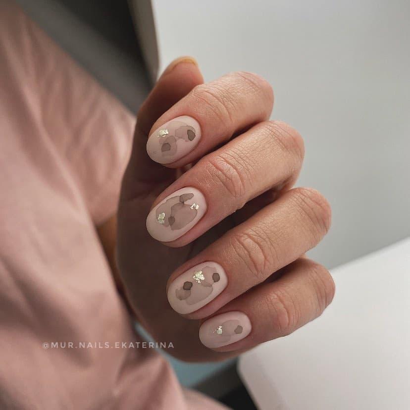 Работа от @mur.nails.ekaterina Нюдовый матовый маникюр с разводами и золотом
