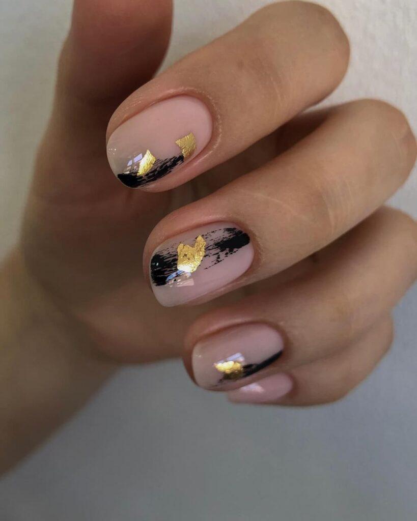 Матовый нюдовый маникюр с черными мазками и элементами золота