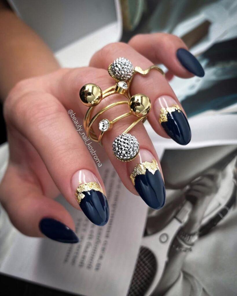 Работа от @beauty_nail_kostroma Нюдово-черный маникюр с элементами золота