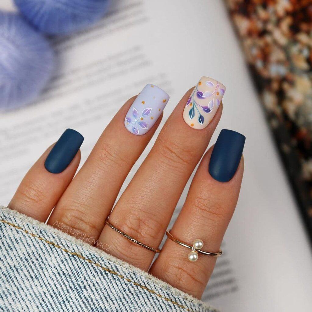 Работа от @agalorynowicz Матовый сине-голубой и нюдовый осенний маникюр с листьями