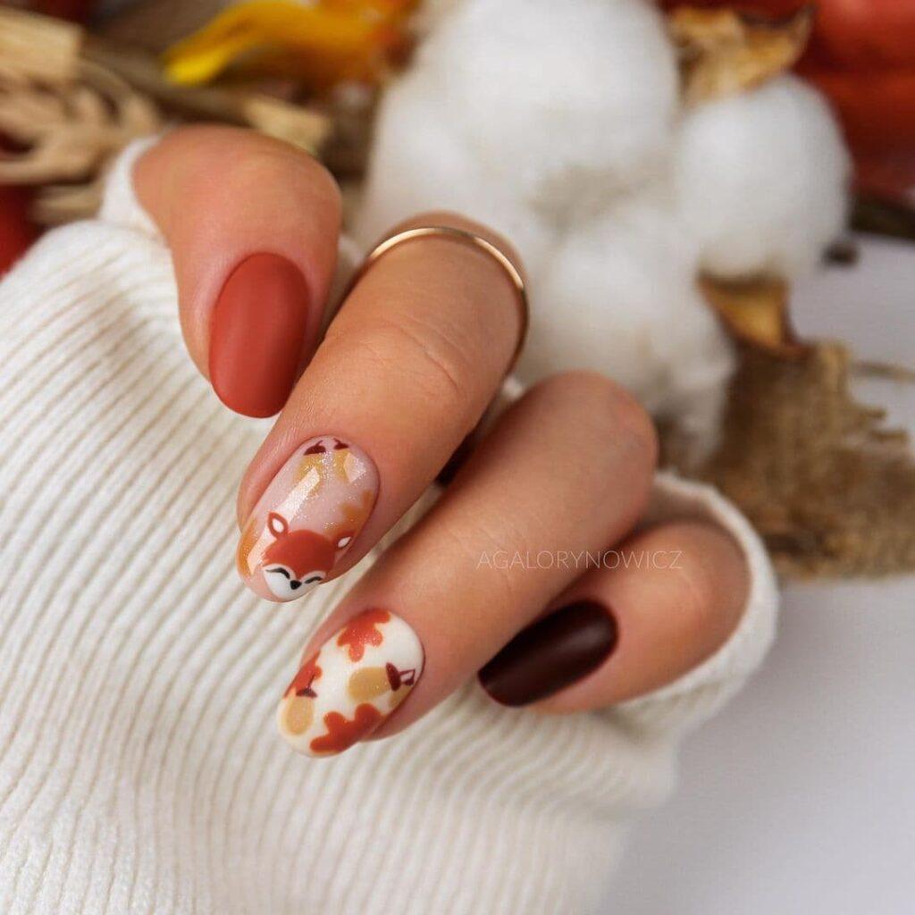 Работа от @agalorynowicz Осенний коричнево-нюдово-белый маникюр с желудями и белочкой
