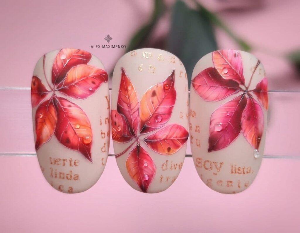 Работа от @alex_maximenko_nails Осенний нюдовый матовый маникюр с листьями и буквами