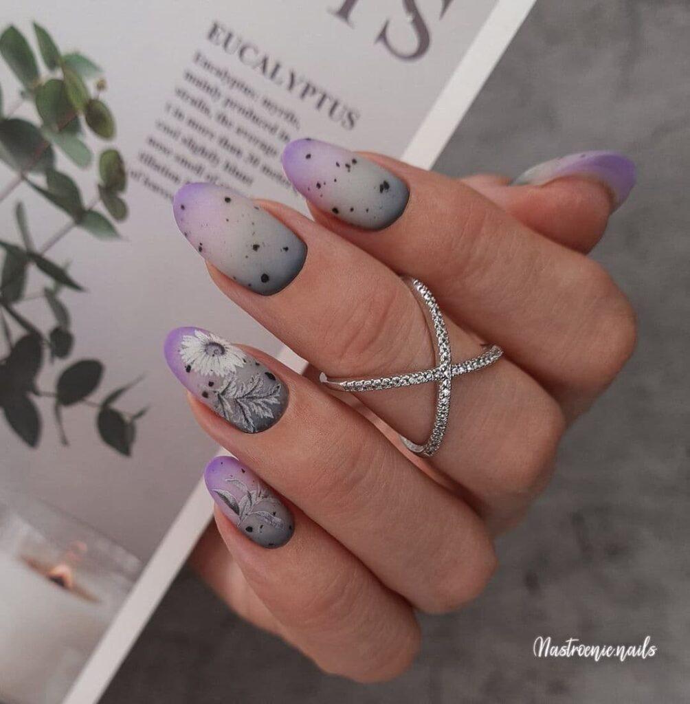 Работа от @nastroenie.nails Серо-фиолетовый матовый маникюр с градиентом и слайдерами