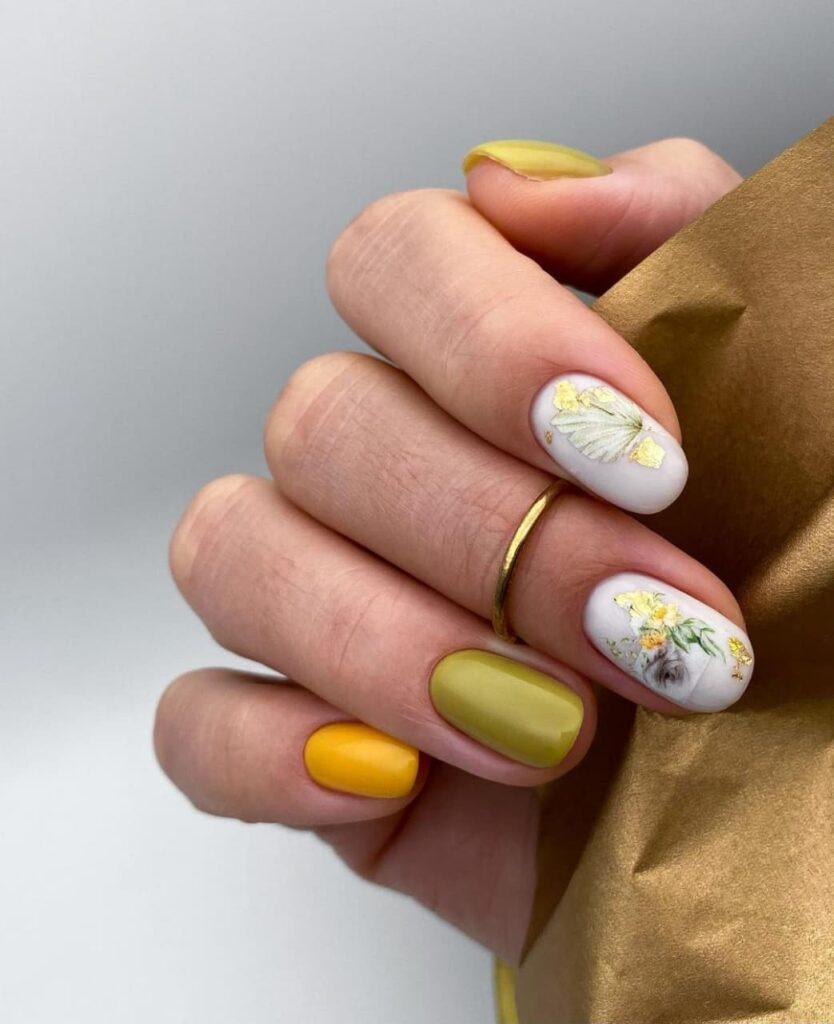 Молочно-оливково-желтый маникюр со слайдерами цветами