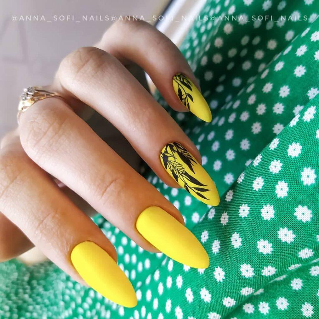Работа от @anna_sofi_nails Желтый матовый маникюр со стемпингом веточками