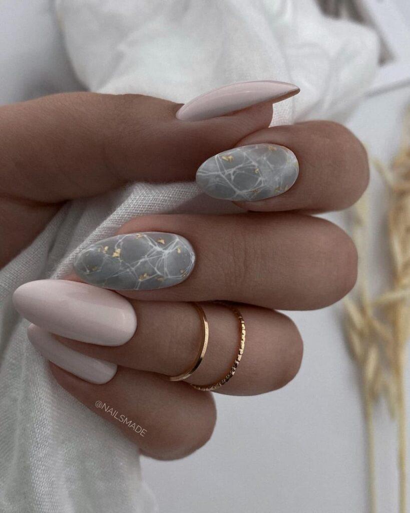 Работа от @nailsmade Молочно-серый текстурный маникюр с имитацией камня на ногтях, мраморный
