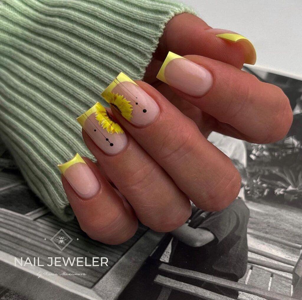 Работа от @nail_jeweler_ Осенний желтый френч с подсолнухами