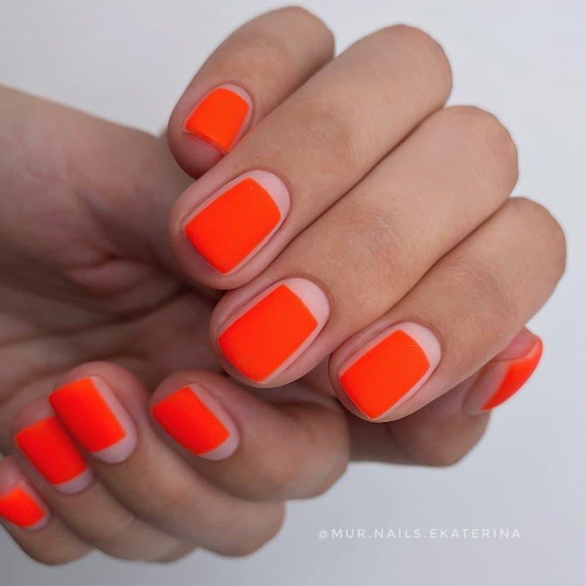 Работа от @mur.nails.ekaterina Яркий нюдово-оранжевый неоновый маникюр в стиле минимализм