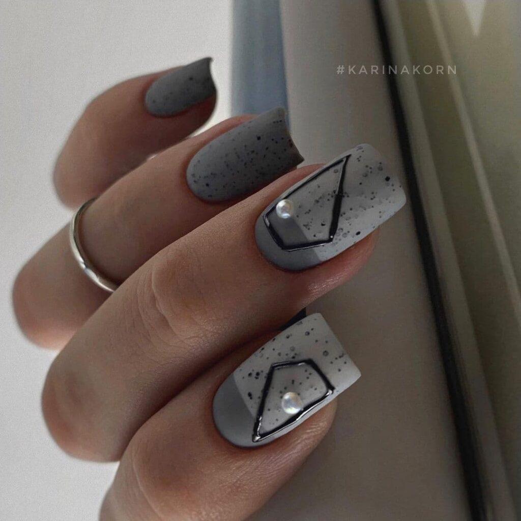 Работа от @karinakorn_nails Серый маникюр с перепелиным яйцом в стиле минимализм