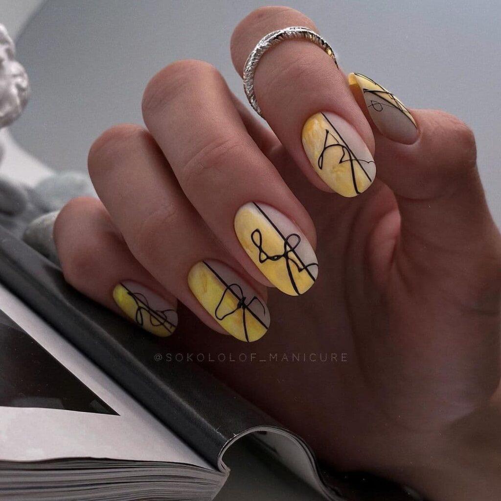 Работа от @sokolof_manicure Нюдово-желтый маникюр с черными завитками в стиле минимализм
