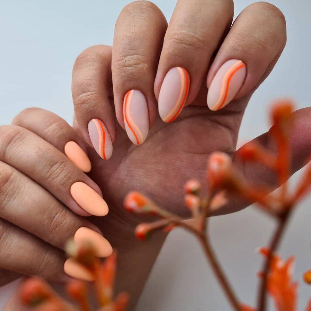 Молочно-оранжевый маникюр с полосами в стиле минимализм
