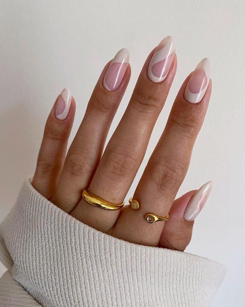 Нежно-розовый с белым маникюр в стиле минимализм