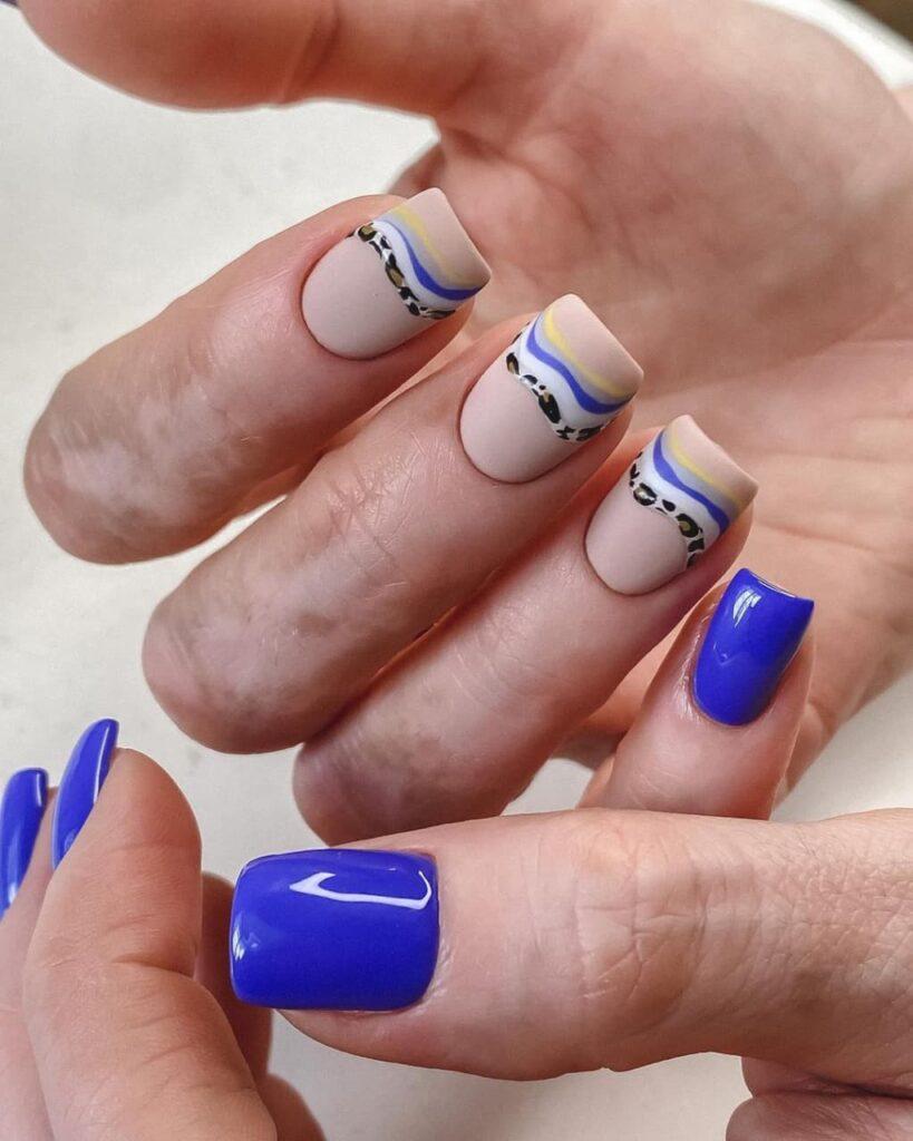 Бежево-синий маникюр с полосами в стиле минимализм